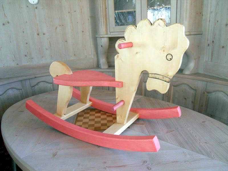 cavallino-a-dondolo-rosa Prodotti artigianali in legno : Cavallo a dondolo in abete e frassino con particolari rosa