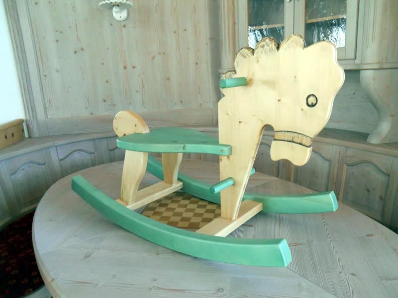 cavallino-a-dondolo-verde Prodotti artigianali in legno : Cavallo a dondolo in abete e frassino con particolari verde